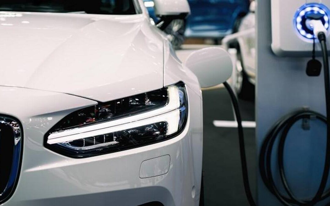 Auto elettriche o ibride? Le loro caratteristiche e differenze.